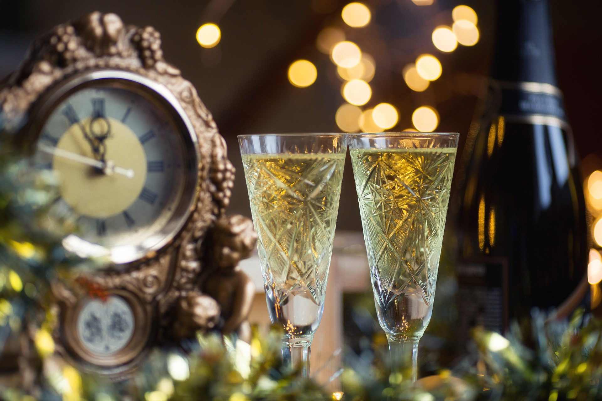 Unique New Year traditions around the world: Champagne in Russia