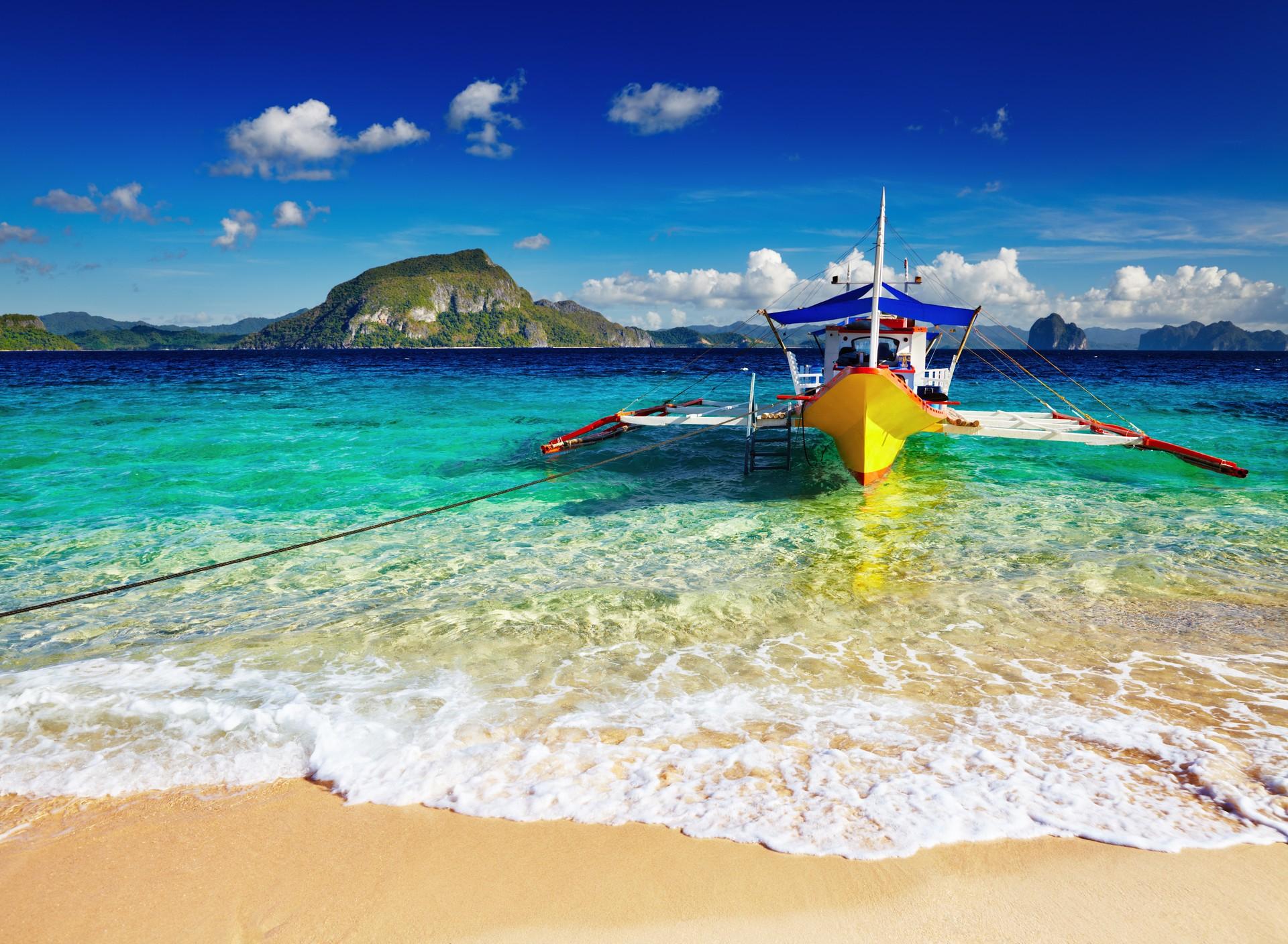 The bright blue waters of El Nido, Palawan