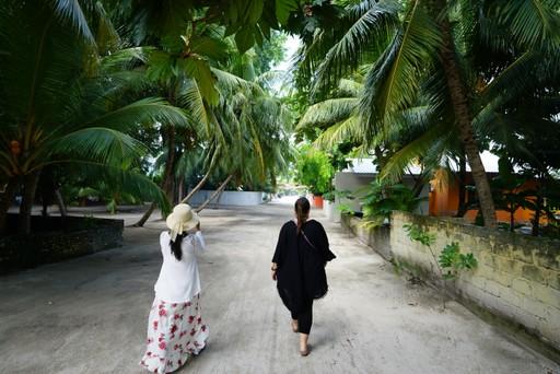 Exploring Kamadhoo island maldives